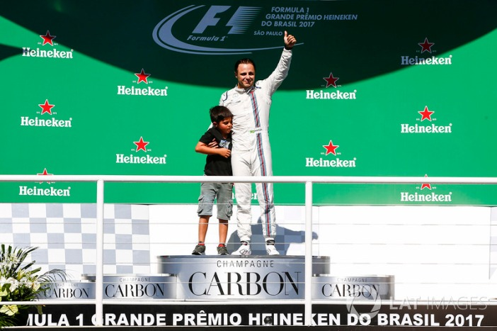 f1-brazilian-gp-2017-felipe-massa-williams-waves-to-the-fans-from-the-podium-with-his-son